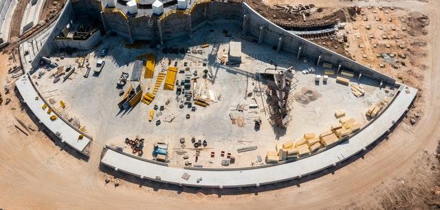Ailleurs sur le site, les travaux sur le chemin entourant le mausolée progressent avec les deux tiers de sa base en béton déjà achevés.