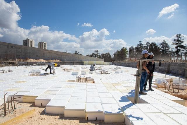 Avant que la base en béton de la place sud puisse être construite, des blocs de « formation de vides » doivent être installés pour séparer la plate-forme en béton du sol.