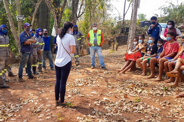 Soucieux d'améliorer l'environnement de leur quartier, des jeunes engagés dans des activités bahá'íes de développement communautaire ont récemment bénéficié du soutien de leur municipalité pour retirer 12 tonnes de déchets d'une rivière locale.