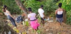 Des jeunes du quartier de Vila do Boa ramassent les déchets autour d'une rivière locale.